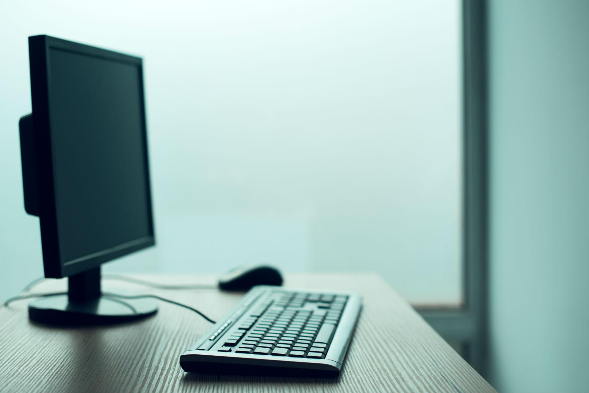 desktop-pc-computer-in-empty-office-P2XADVV